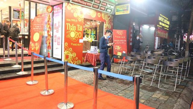 Ngày vía Thần Tài, tiệm vàng vắng tanh, nhân viên đông hơn khách - Ảnh 5.
