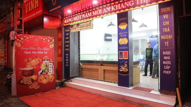Ngày vía Thần Tài, tiệm vàng vắng tanh, nhân viên đông hơn khách - Ảnh 9.