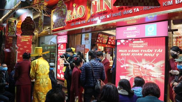 Ngày vía Thần Tài, tiệm vàng vắng tanh, nhân viên đông hơn khách - Ảnh 1.