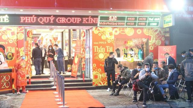 Ngày vía Thần Tài, tiệm vàng vắng tanh, nhân viên đông hơn khách - Ảnh 6.