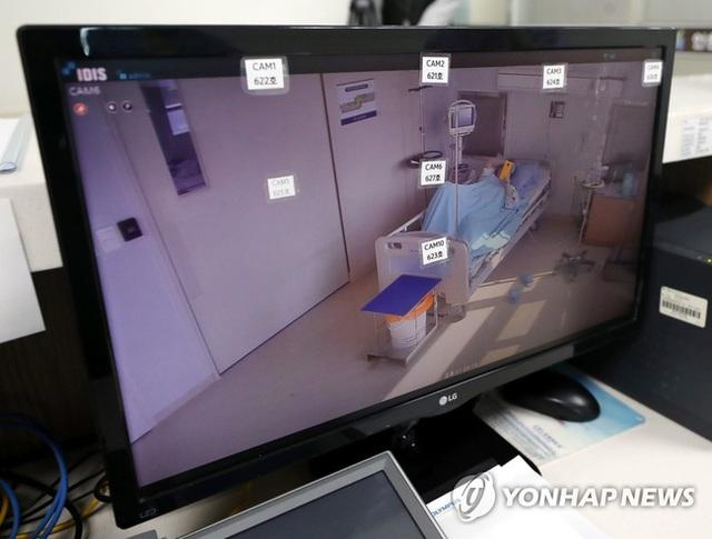 Bên trong phòng cách ly của bệnh nhân nhiễm virus corona đầu tiên ở Hàn Quốc: Được chăm sóc tích cực 24/7 gần 1 tháng nhưng không thuyên giảm - Ảnh 1.