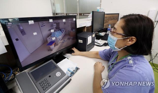 Bên trong phòng cách ly của bệnh nhân nhiễm virus corona đầu tiên ở Hàn Quốc: Được chăm sóc tích cực 24/7 gần 1 tháng nhưng không thuyên giảm - Ảnh 2.