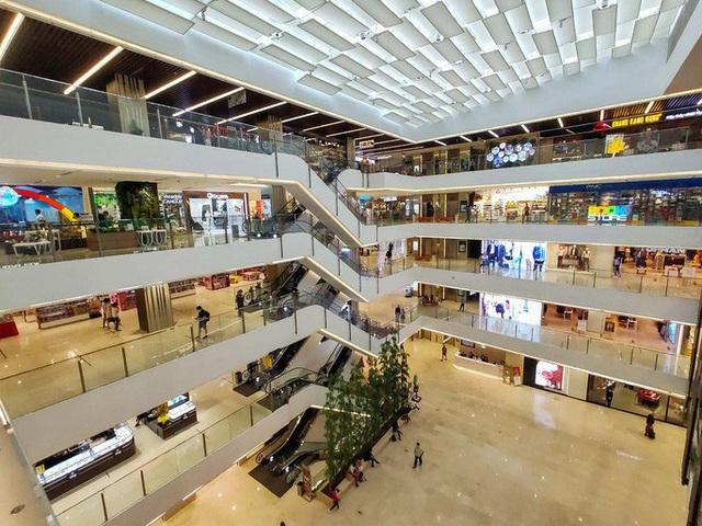 Hàng loạt trung tâm thương mại vắng vẻ trong mùa dịch corona - Ảnh 1.