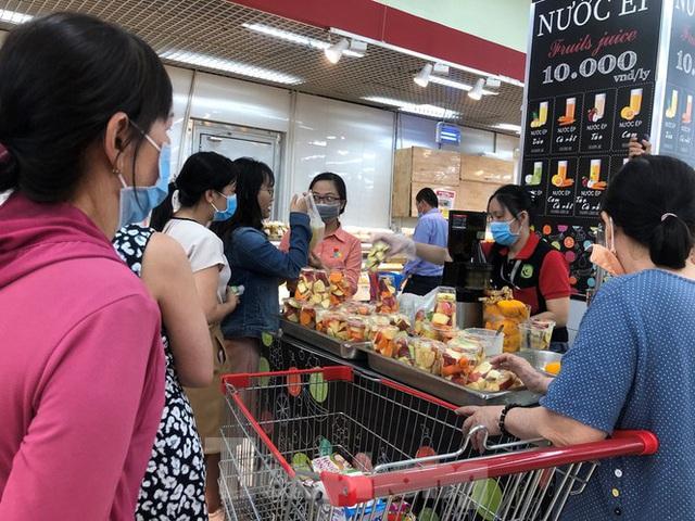 Trữ thức ăn trước dịch corona, nhiều siêu thị hết veo thực phẩm - Ảnh 11.