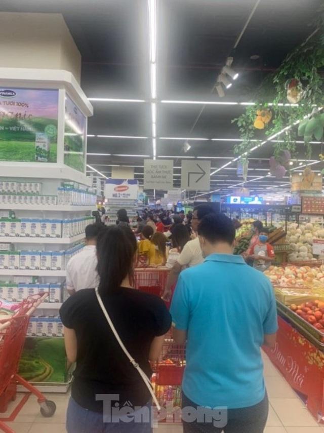 Trữ thức ăn trước dịch corona, nhiều siêu thị hết veo thực phẩm - Ảnh 12.