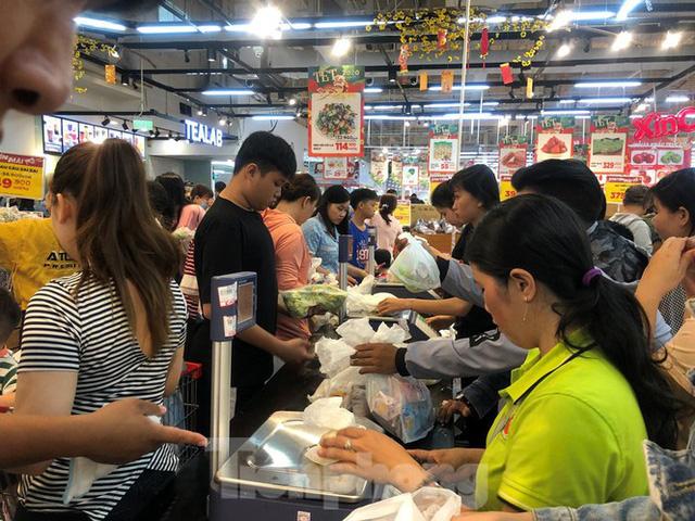 Trữ thức ăn trước dịch corona, nhiều siêu thị hết veo thực phẩm - Ảnh 13.