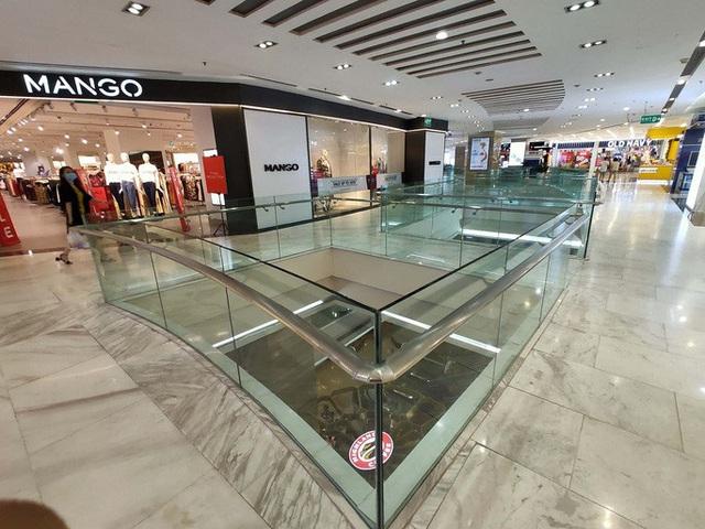 Hàng loạt trung tâm thương mại vắng vẻ trong mùa dịch corona - Ảnh 13.
