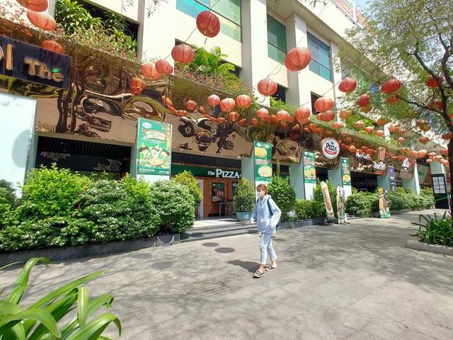 Hàng loạt trung tâm thương mại vắng vẻ trong mùa dịch corona - Ảnh 15.