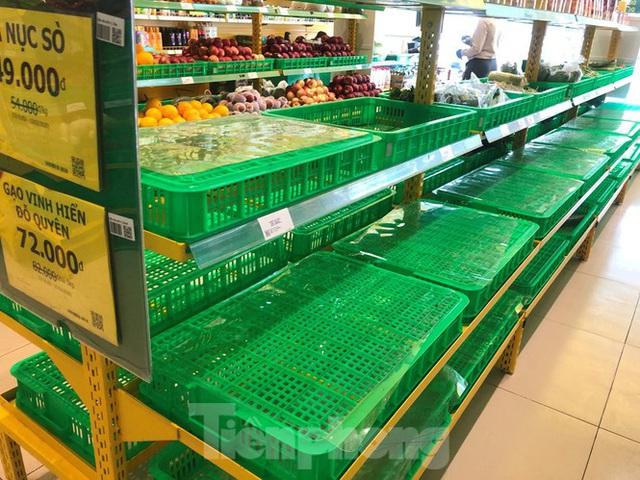 Trữ thức ăn trước dịch corona, nhiều siêu thị hết veo thực phẩm - Ảnh 16.