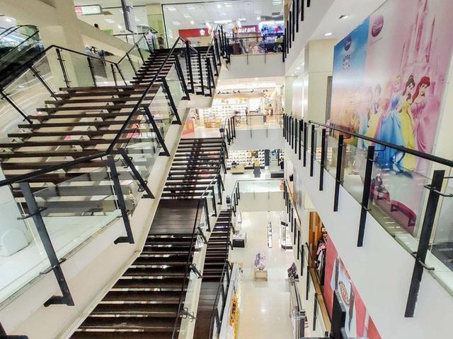 Hàng loạt trung tâm thương mại vắng vẻ trong mùa dịch corona - Ảnh 16.