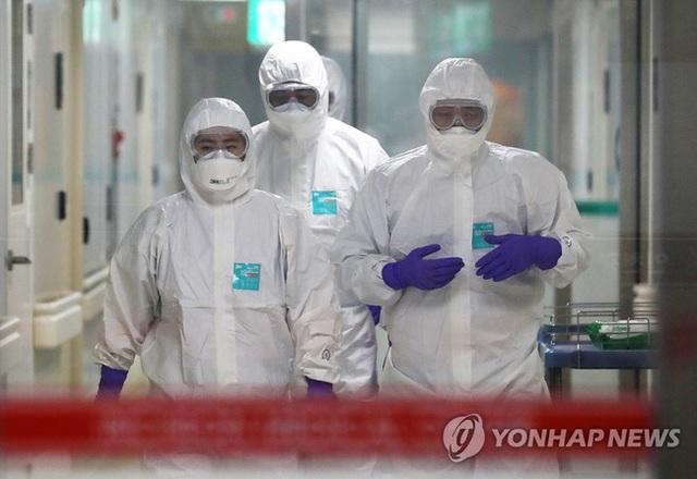 Bên trong phòng cách ly của bệnh nhân nhiễm virus corona đầu tiên ở Hàn Quốc: Được chăm sóc tích cực 24/7 gần 1 tháng nhưng không thuyên giảm - Ảnh 3.
