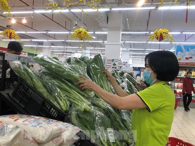 Trữ thức ăn trước dịch corona, nhiều siêu thị hết veo thực phẩm - Ảnh 3.