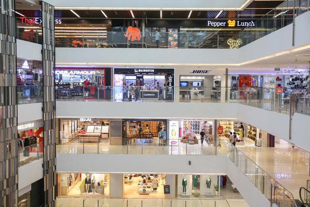 Hàng loạt trung tâm thương mại vắng vẻ trong mùa dịch corona - Ảnh 3.