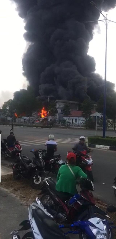 Đang cháy dữ dội ở thị xã Bến Cát - Bình Dương, khói mù trời  - Ảnh 3.