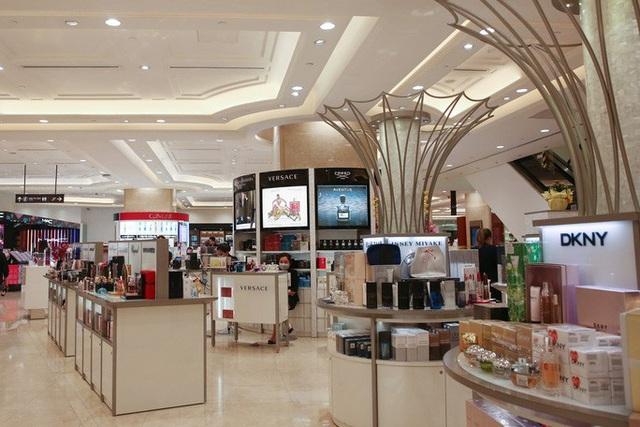 Hàng loạt trung tâm thương mại vắng vẻ trong mùa dịch corona - Ảnh 8.