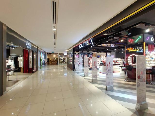 Hàng loạt trung tâm thương mại vắng vẻ trong mùa dịch corona - Ảnh 9.
