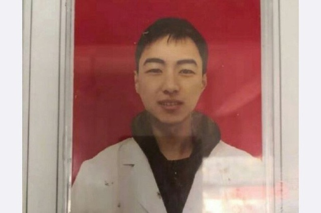 Bác sĩ 28 tuổi đột tử sau 10 ngày đối phó virus corona - Ảnh 1.