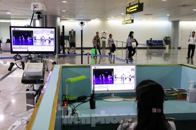 Cận cảnh quy trình kiểm dịch virus corona ở sân bay Tân Sơn Nhất - Ảnh 1.