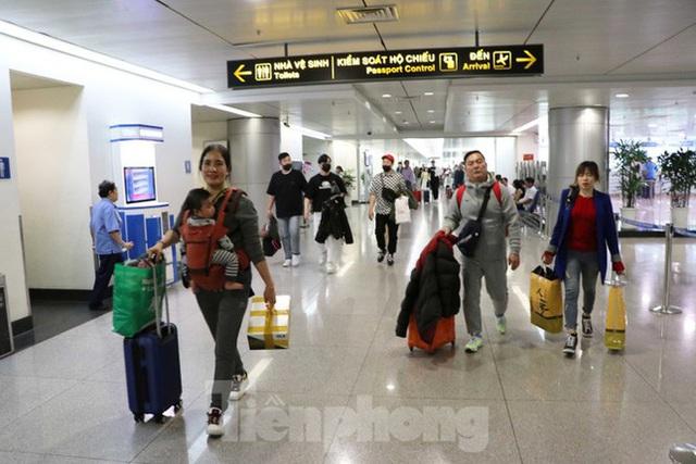 Cận cảnh quy trình kiểm dịch virus corona ở sân bay Tân Sơn Nhất - Ảnh 2.