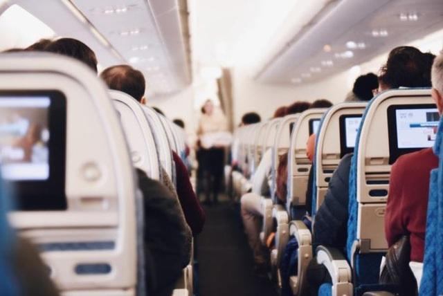 Chỗ nào trên máy bay ít nguy cơ lây nhiễm virus corona nhất? - Ảnh 1.