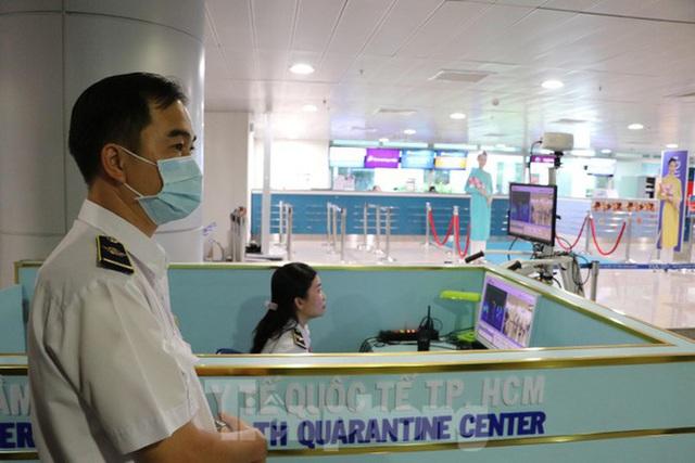 Cận cảnh quy trình kiểm dịch virus corona ở sân bay Tân Sơn Nhất - Ảnh 3.