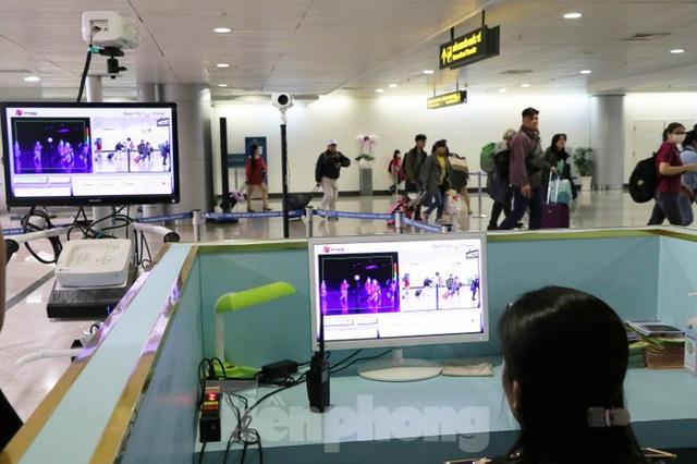 Cận cảnh quy trình kiểm dịch virus corona ở sân bay Tân Sơn Nhất - Ảnh 5.