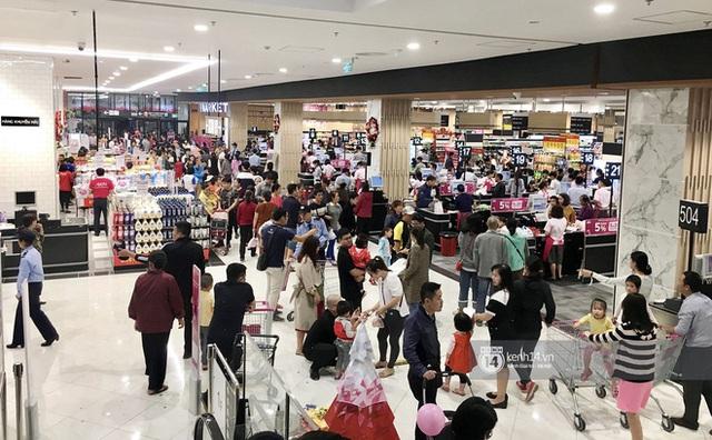 Combo corona kèm mưa gió khiến trung tâm thương mại lớn ở Hà Nội vắng tanh so với ngày thường dù trong giờ cao điểm - Ảnh 5.