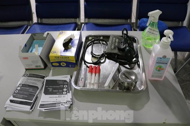 Cận cảnh quy trình kiểm dịch virus corona ở sân bay Tân Sơn Nhất - Ảnh 6.