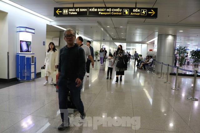 Cận cảnh quy trình kiểm dịch virus corona ở sân bay Tân Sơn Nhất - Ảnh 8.