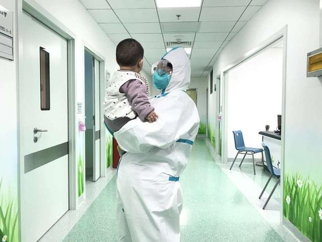 Câu chuyện về bé 6 tháng tuổi bị nhiễm virus corona phải ở một mình trong viện khi gia đình bị cách ly với những người mẹ tạm thời - Ảnh 1.