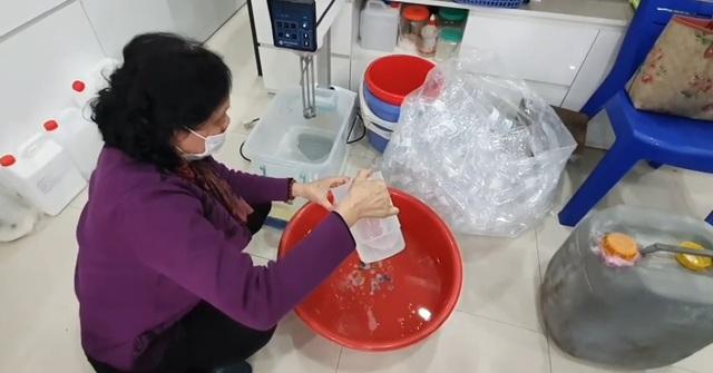 """Phát hiện cơ sở sản xuất nước rửa tay chống virus Corona bằng """"công nghệ"""" xô chậu tự pha chế - Ảnh 1."""