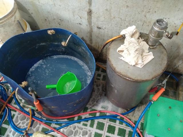 Bắt quả tang cơ sở đang đưa tạp chất vào tôm nguyên liệu tại Kiên Giang - Ảnh 2.