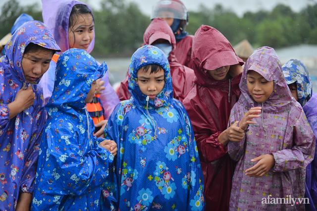 """Từ một người con Hà Tĩnh lớn lên cùng lũ lụt: Trẻ con cũng được học buộc cửa chống gió, cả làng """"không nhà nào là nhà riêng"""" khi lũ về và câu chuyện gói mỳ tôm cứu nạn - Ảnh 1."""