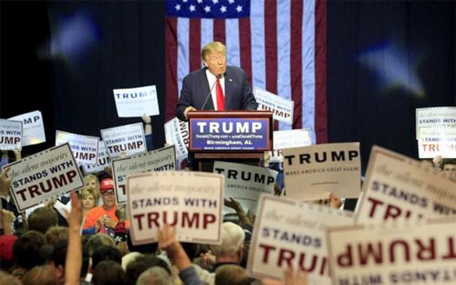Đua vào Nhà Trắng: Tỷ lệ ủng hộ Trump lao dốc mạnh
