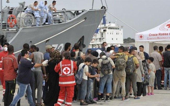 Châu Âu tung hàng loạt tàu chiến để chặn người di cư