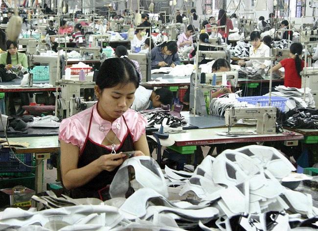 """Doanh nghiệp việt """"oằn mình"""" vì Trung Quốc phá giá đồng NDT: Thêm khó khăn cho người lao động"""