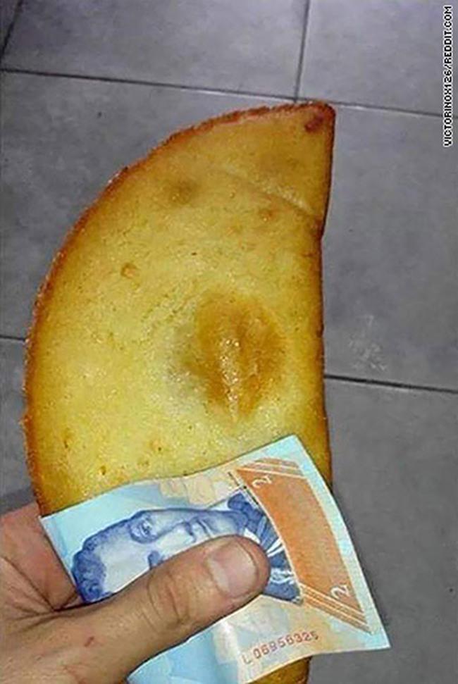 Nội tệ mất giá 700%, người dân Venezuela dùng tiền làm… giấy ăn
