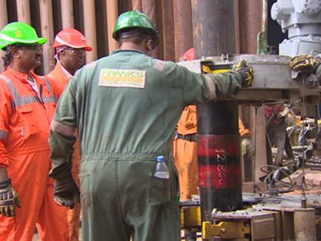 Angola thả nổi giá xăng, Nigieria giảm 90% trợ cấp giá nhiên liệu