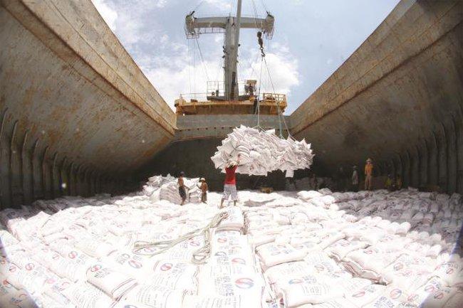 """Gỡ """"nút thắt"""" trong xuất khẩu gạo"""