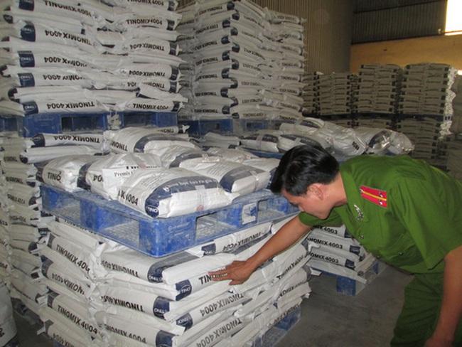 Đột kích kho thức ăn chăn nuôi nghi có chất cấm