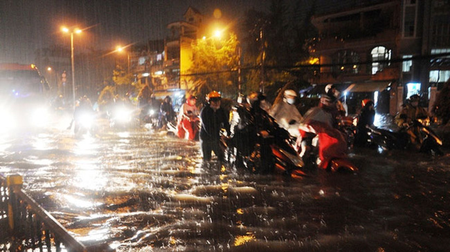Ngập nước, kẹt xe vì thiếu tầm nhìn