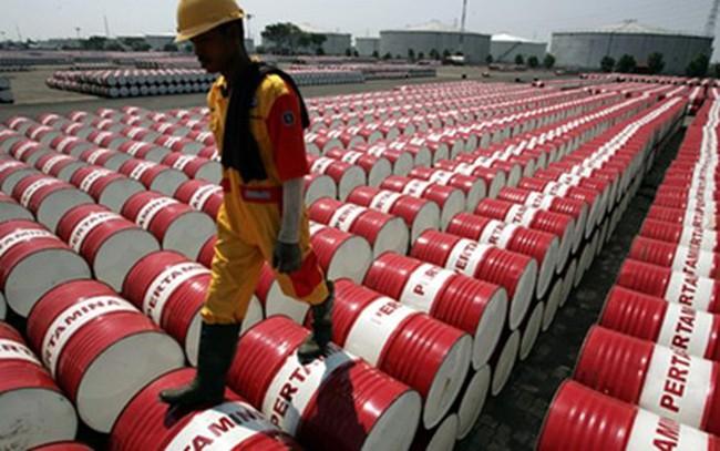 Giá dầu tiếp tục giảm sâu do cung vẫn vượt cầu