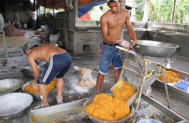 Kinh hãi lò sản xuất chà bông đầy ruồi và hóa chất