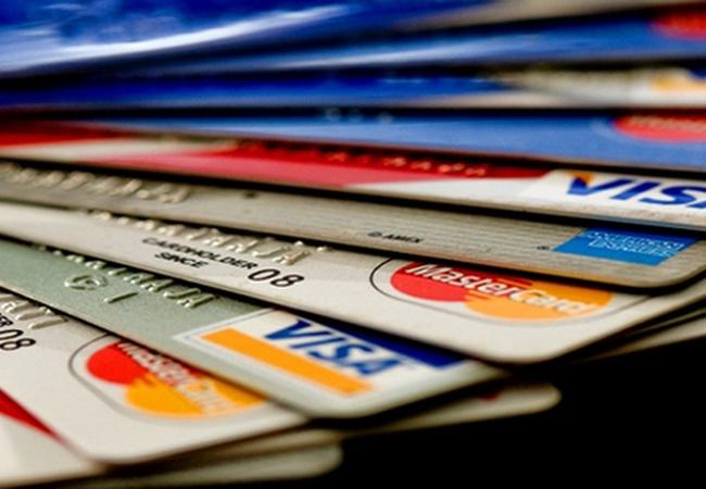 Các ngân hàng đang thu phí dịch vụ thẻ như thế nào?