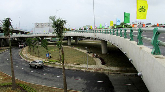 Cầu vượt ba tầng đầu tiên Việt Nam đón khách tham quan