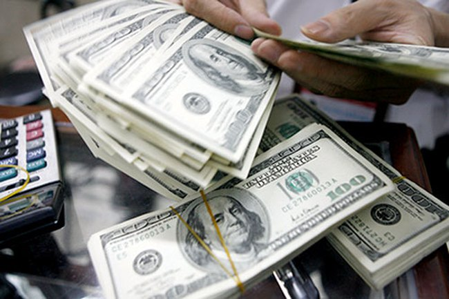 Ngân hàng đồng loạt đẩy giá bán USD lên kịch trần
