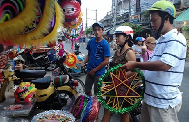 Người dùng quay lưng với lồng đèn Trung Quốc
