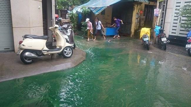 Công an điều tra nguồn nước xanh kỳ lạ ở Hà Nội sau mưa