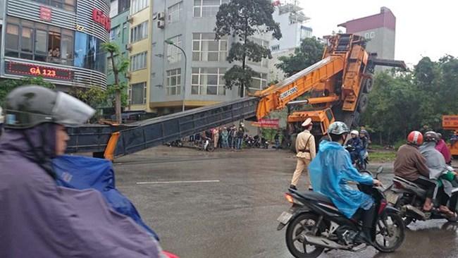 Hà Nội: Cần cẩu gần 50 mét đổ sập chắn giữa đường