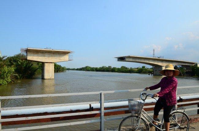 Những chiếc cầu chơ vơ giữa sông